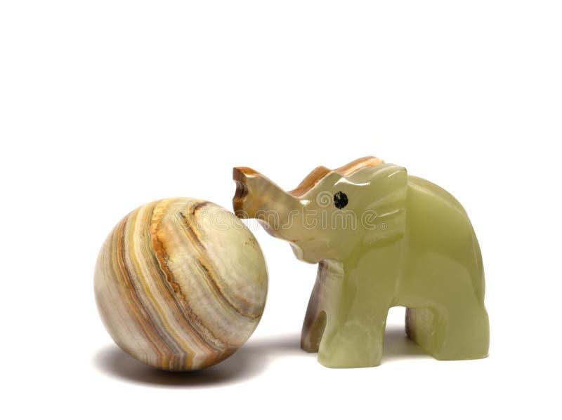 elefant som leker med en boll arkivfoton