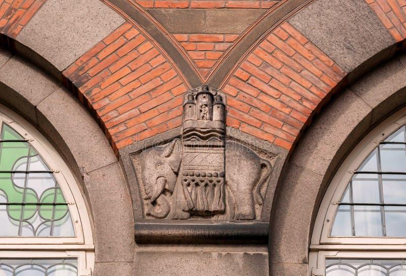 Elefante che tiene la città, sollievo storico sulla parete del comune di Copenhaghen, costruita nel 1905 in Danimarca fotografie stock libere da diritti