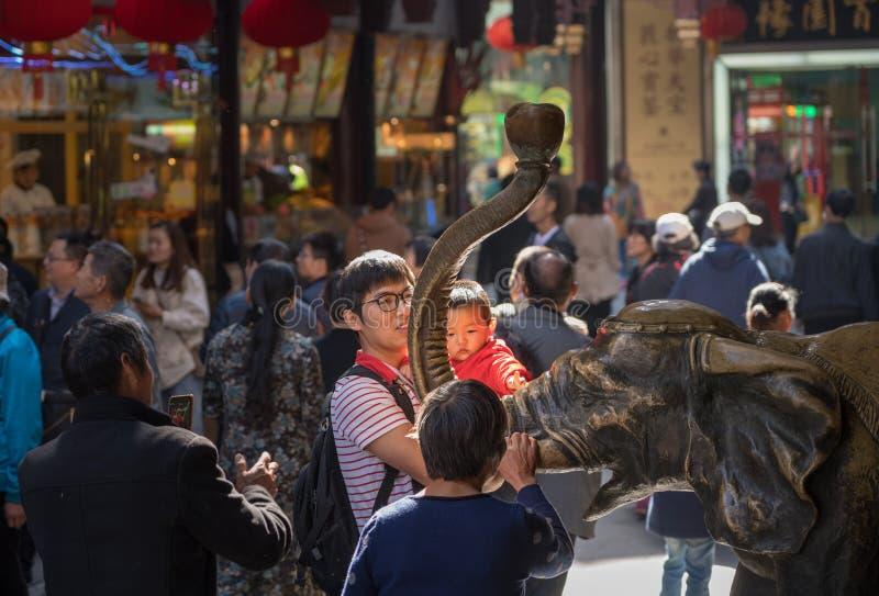 Elefante de bronce frotado para la buena suerte imagenes de archivo