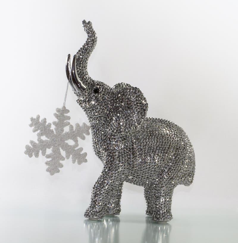 Elefante de la Navidad con la estrella de la nieve imagen de archivo