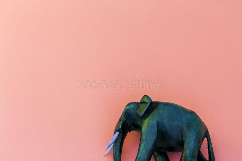 Elefante de madeira no fundo roxo fotografia de stock royalty free