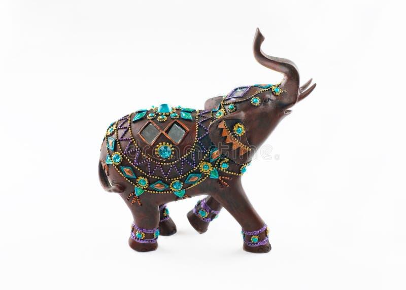 Elefante de madera embutido de las piedras preciosas aislado en el fondo blanco imagenes de archivo