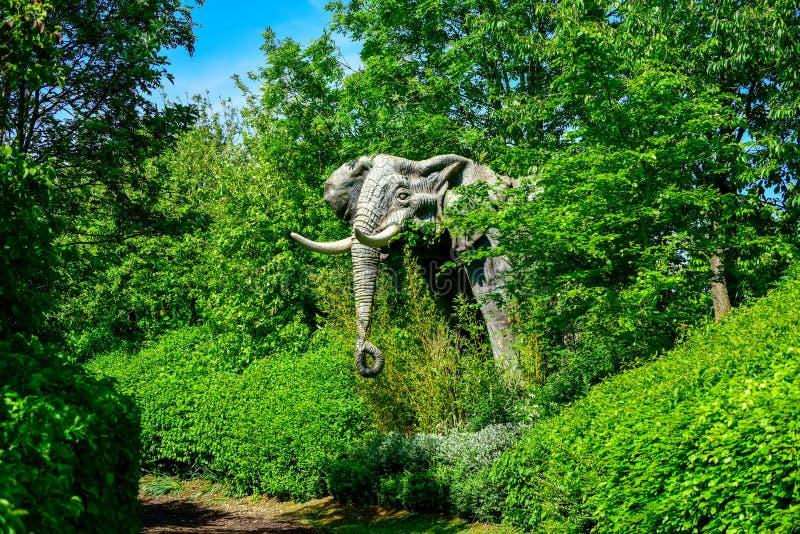 Elefante de piedra enorme que emerge del bosque imagen de archivo libre de regalías