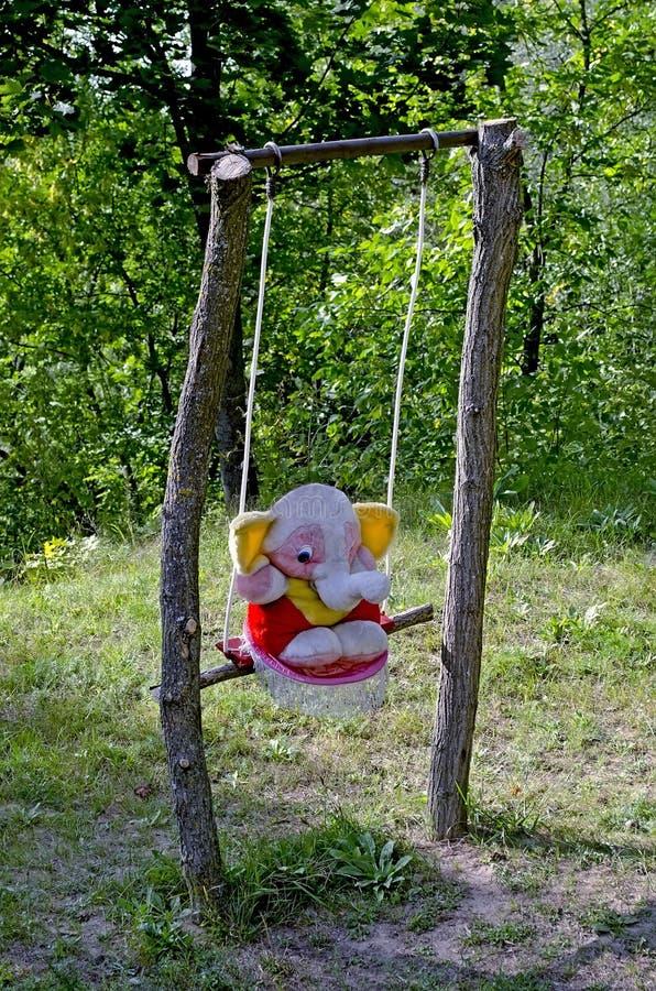 Elefante del giocattolo sulla bascula fotografie stock