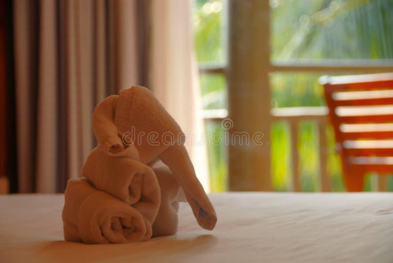 Elefante dell'asciugamano sul letto fotografie stock libere da diritti
