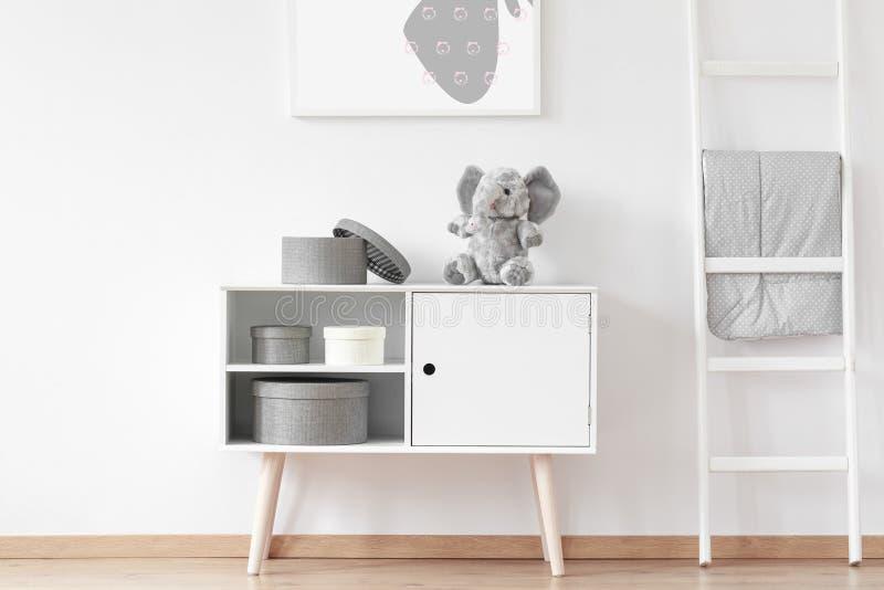 Elefante en el armario foto de archivo