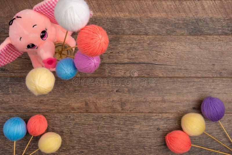 Elefante rosado de la felpa con las bolas en colores pastel de las lanas fotos de archivo libres de regalías