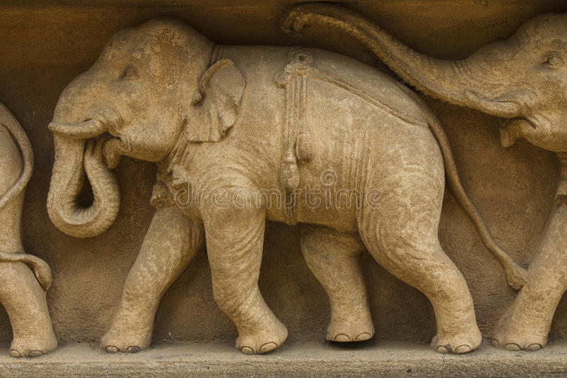 Elefanten går fris på fasad av bildhuset, Kelaniya, Sri Lanka royaltyfria foton