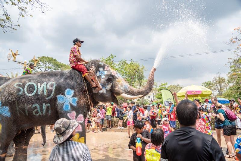 Elefanten och folket plaskar vatten i den Songkran festivalen arkivfoto