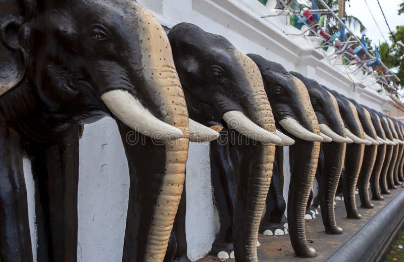 Elefantenstatuen in Kataragama lizenzfreie stockfotos