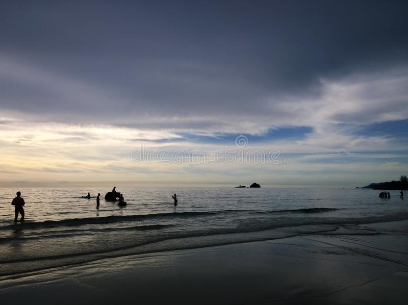 Elefanter som badar i havet under solnedgång Koh Chang ö, Thailand royaltyfri foto