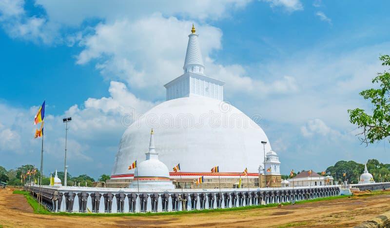 Elefanterna på Stupa royaltyfri foto