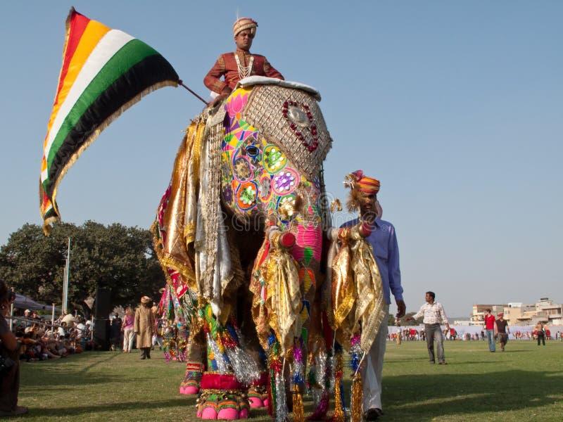 Elefantes pintados en desfile imagenes de archivo