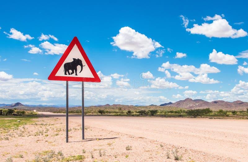 Elefantes que cruzan la señal de peligro del camino, Damaraland, Namibia fotografía de archivo libre de regalías