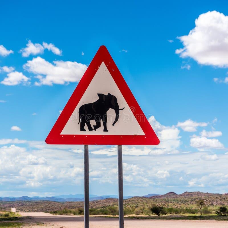 Elefantes que cruzan la señal de peligro del camino, Damaraland, Namibia fotos de archivo