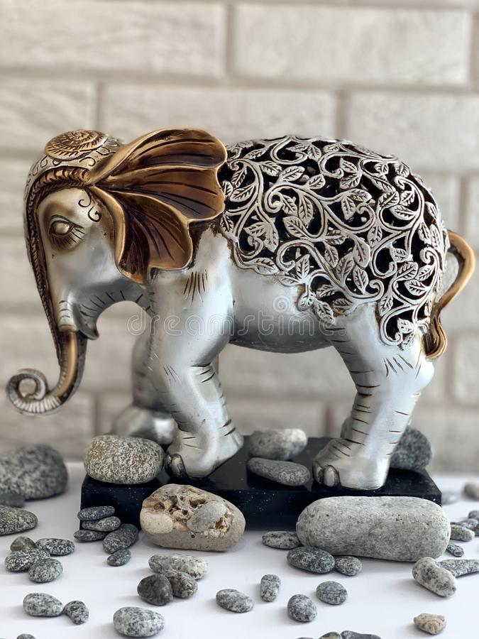Elefantfigürchen, Metallstatuette, Silbergoldelefant lizenzfreie stockfotos
