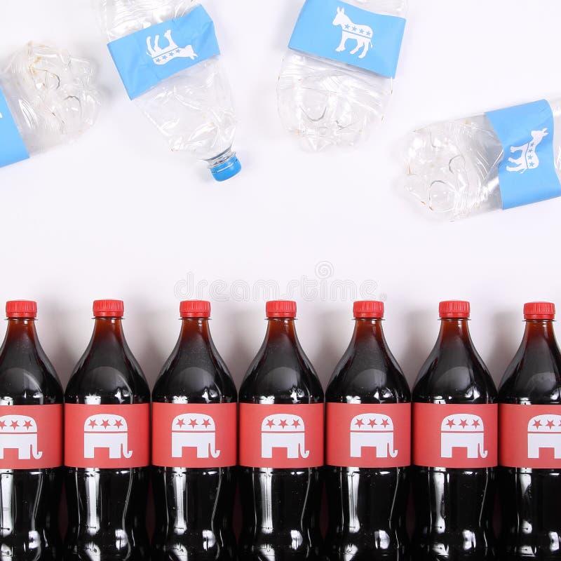 Elefanti repubblicani ed asini di Democratico sulle bottiglie della bevanda fotografia stock libera da diritti