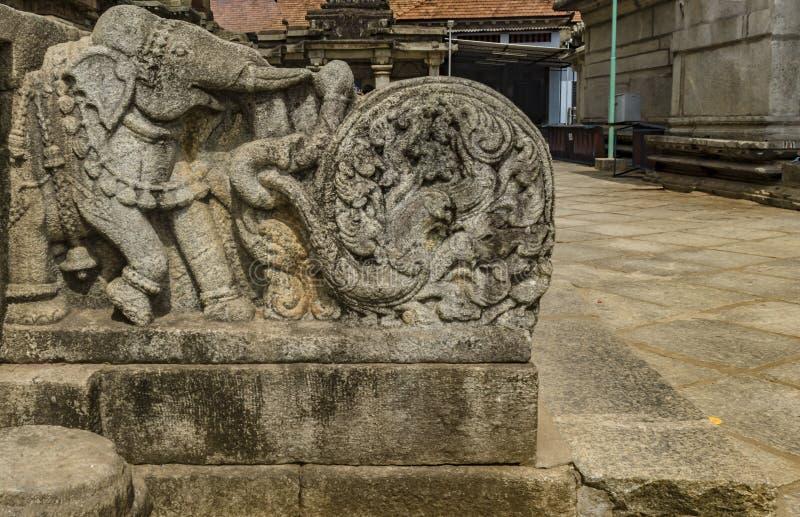 Elefantskulpturtrappa p? templet av Sringeri arkivbilder