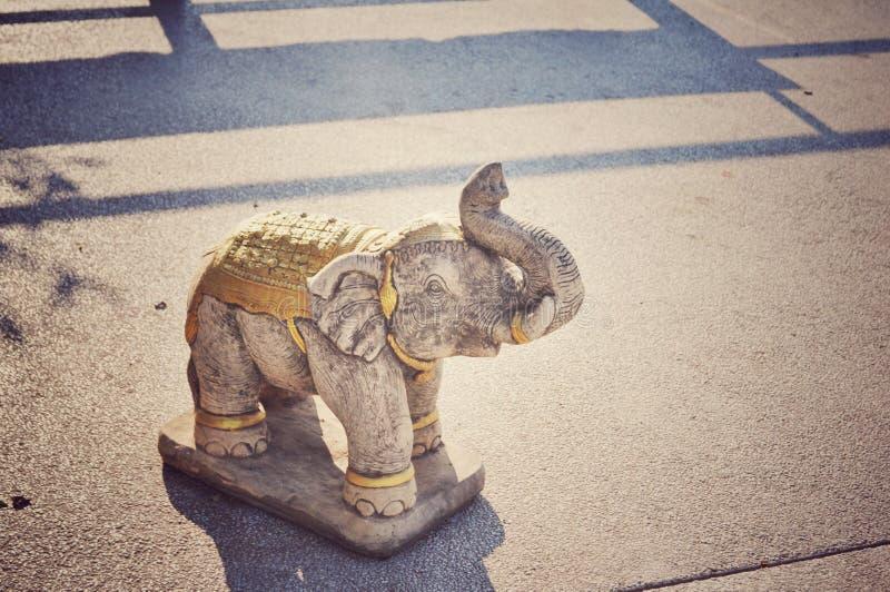 Elefantstatue mit Sonnenlicht stockbilder