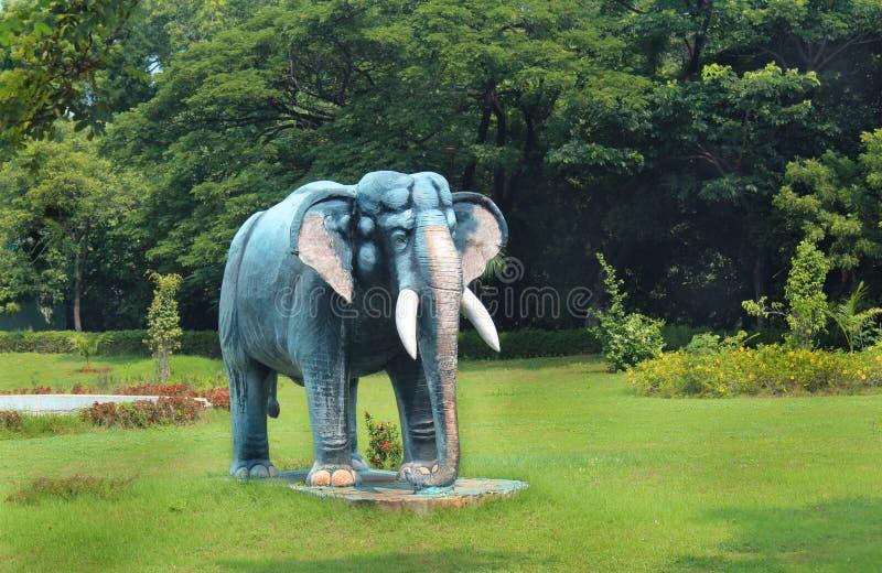 Elefantstaty i greenfield royaltyfria bilder