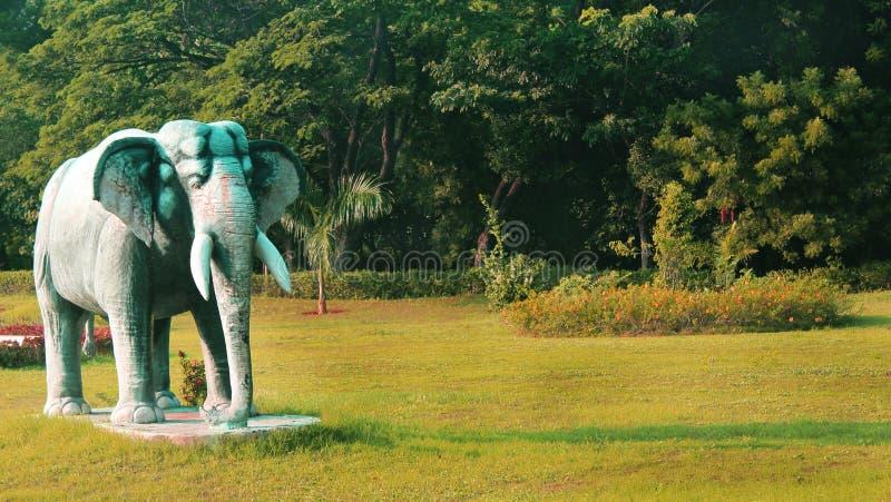 Elefantstaty i greenfield arkivbilder