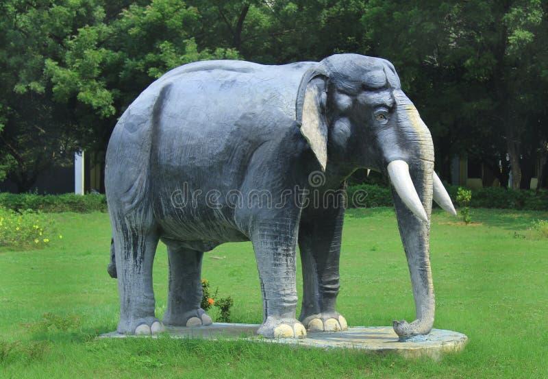 Elefantstaty på greenfield arkivfoton