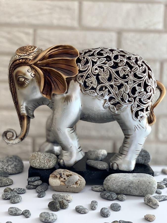 Elefantstatyett, metallstatyett, silver-guld elefant royaltyfria foton