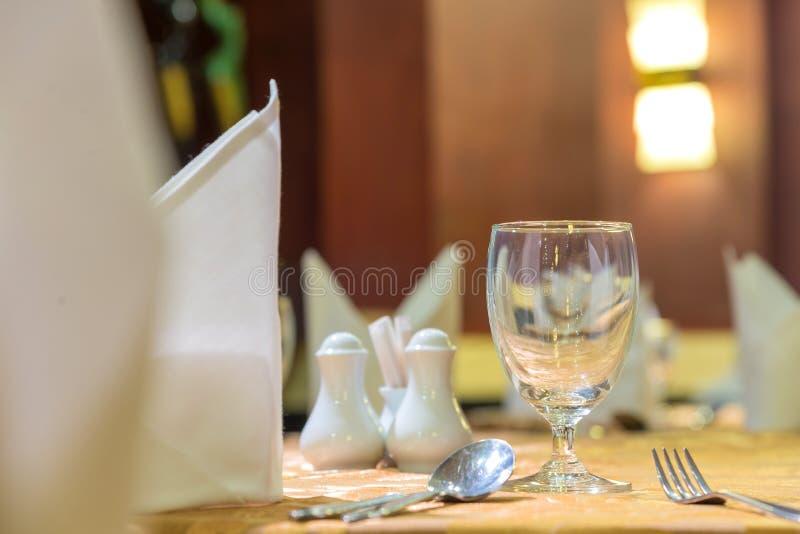 A elegância dos vidros na tabela estabelece-se para a sala dinning fotografia de stock