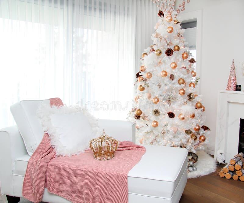 Eleganccy białe boże narodzenia drzewni obraz royalty free