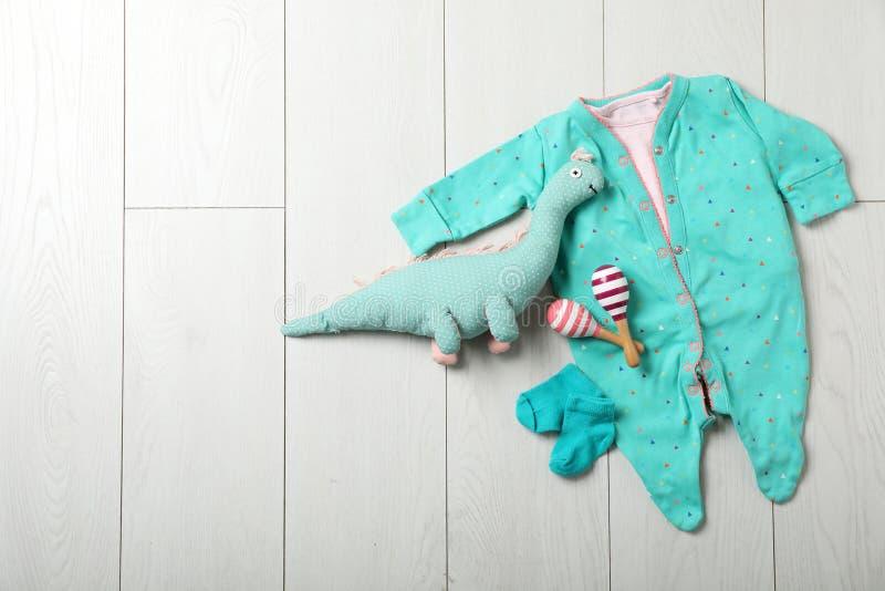Eleganccy dzieci ubrania, zabawki na drewnianym tle i, odgórny widok fotografia royalty free