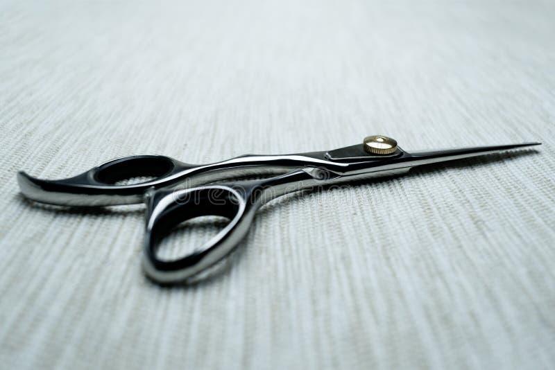 Eleganccy Fachowi fryzjerów męskich nożyce; Fryzjera salonu pojęcie; Ostrzyżeń akcesoria obrazy stock