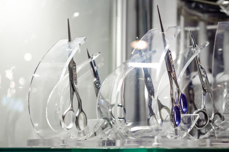 Eleganccy Fachowi fryzjerów męskich nożyce, Włosiany rozcięcie i wiotczenie nożyce w detalicznego sklepu szklanego okno pokazie,  obrazy royalty free