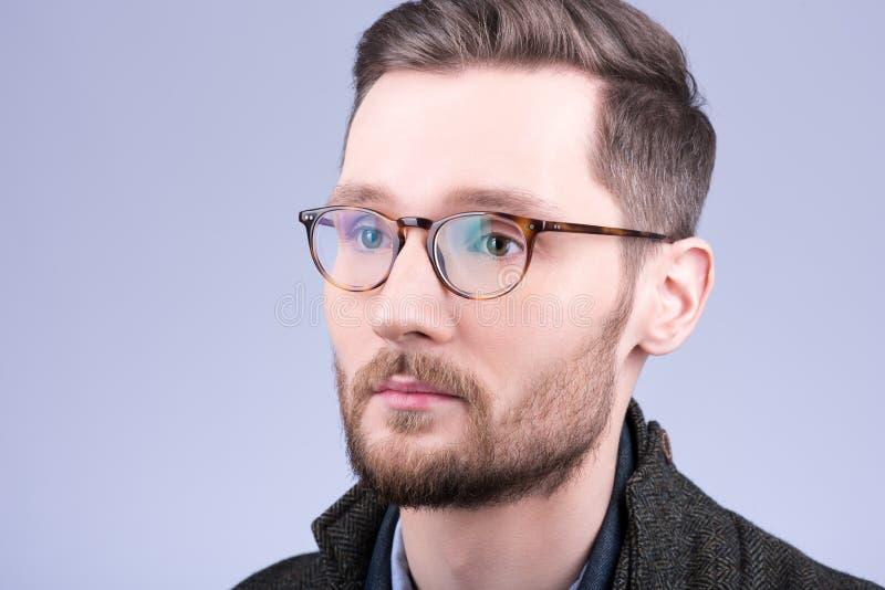 Eleganccy mężczyzna ` s szkła Zbliżenie portret młody człowiek z brodą zdjęcie stock