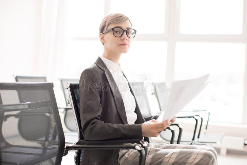 Eleganccy poważni bizneswomanu mienia papiery obraz stock