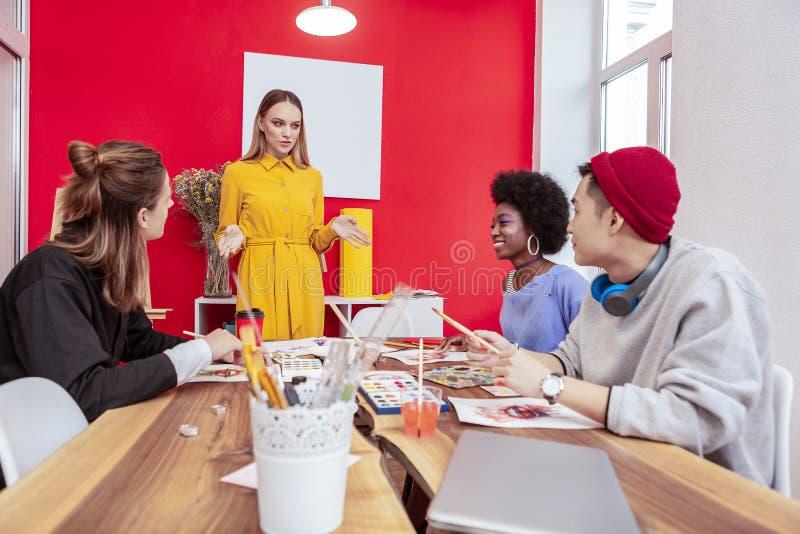 Eleganccy projektanci modzi ma tradycyjnego ranku spotkania fotografia royalty free