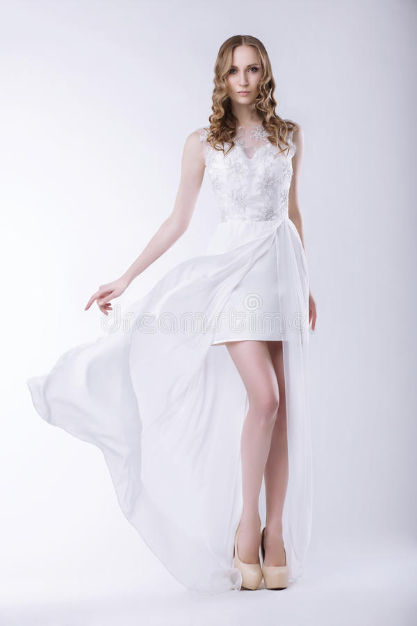 elegance Noiva lindo no vestido luxuoso fotografia de stock