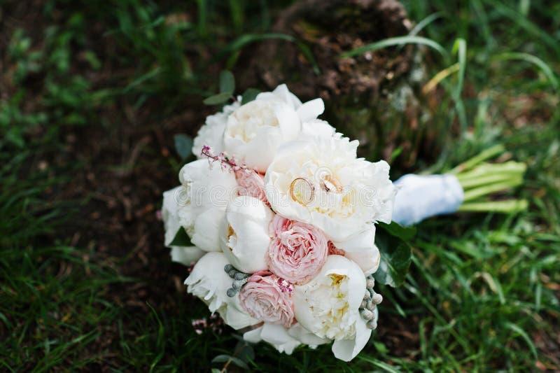 Elegancja ślubny bukiet biel i różane peonie z ślubem obrazy royalty free