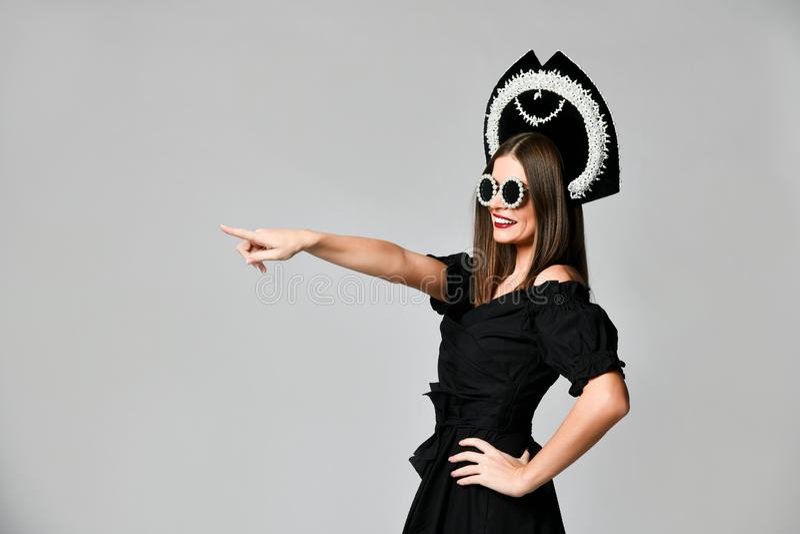 Elegancja i styl Pracowniany portret wspaniała młoda kobieta w małego czerni smokingowy pozować przeciw żółtemu tłu zdjęcia stock