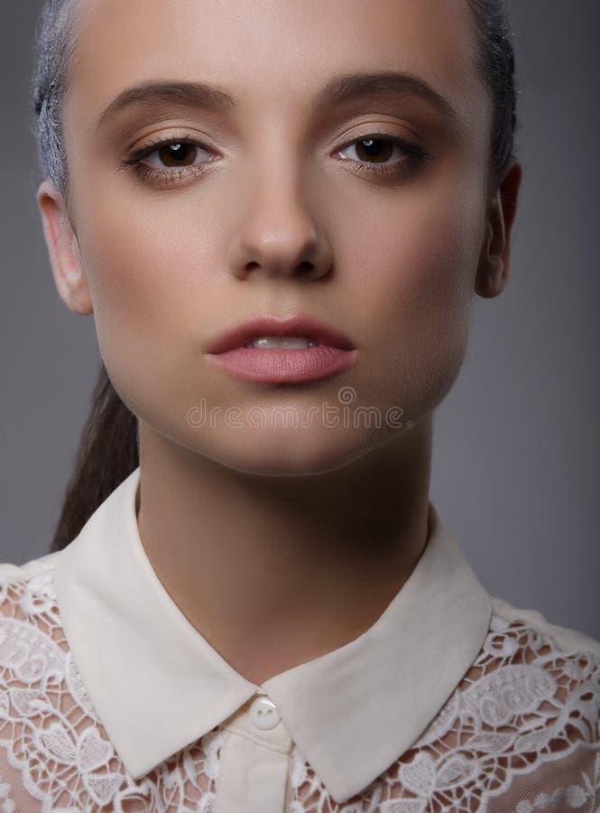 elegancja Luksusowa Charyzmatyczna dama z Białym Koronkowym kołnierzem zdjęcie stock