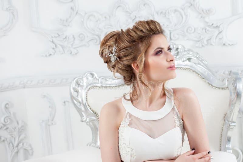 Elegancka ślubna suknia, prosta sylwetka piękni panny młodej portreta potomstwa obrazy stock