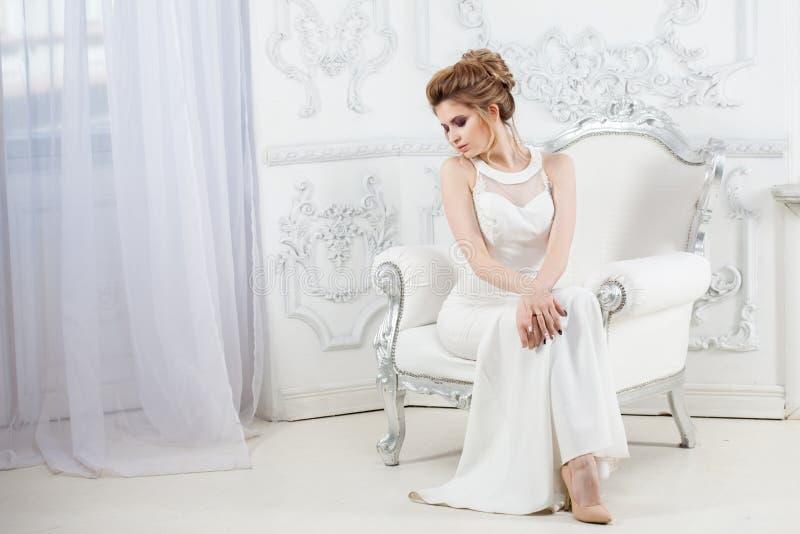 Elegancka ślubna suknia, prosta sylwetka piękni panny młodej portreta potomstwa zdjęcia stock