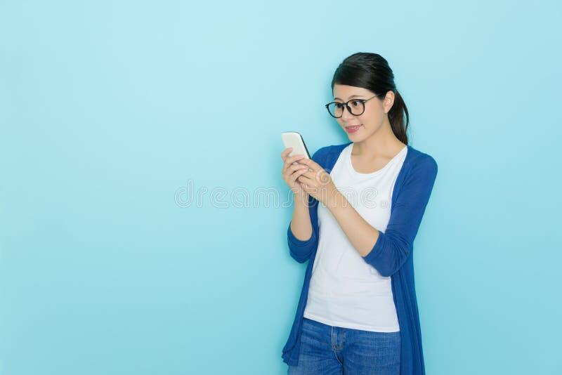 Elegancka ładna kobieta używa mobilnego smartphone fotografia royalty free