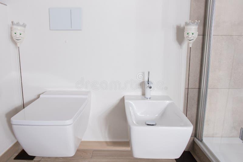Elegancka łazienka z bidetem i WC w bielu obraz stock