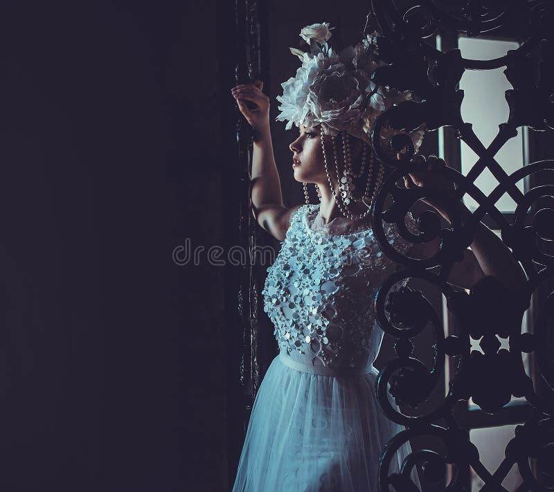 Elegancka ślubna suknia i korona piękne kobiety young Czuła panna młoda w luksusowym pałac obraz stock