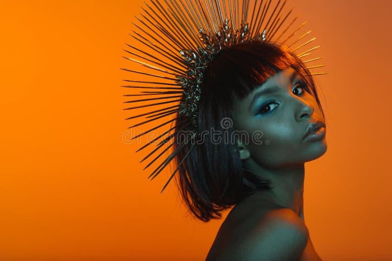 elegancka amerykanin afrykańskiego pochodzenia dziewczyna w headpiece z igieł patrzeć obraz stock