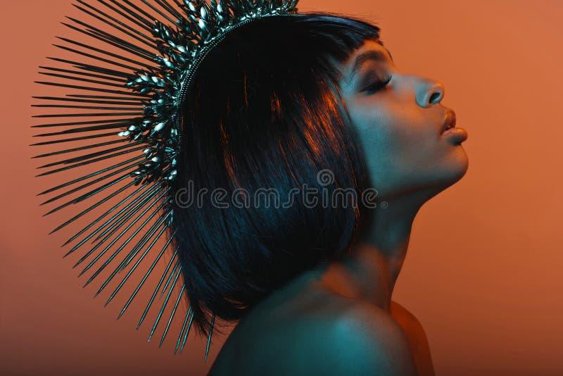Elegancka amerykanin afrykańskiego pochodzenia dziewczyna w headpiece z oczami zamykającymi zdjęcie royalty free