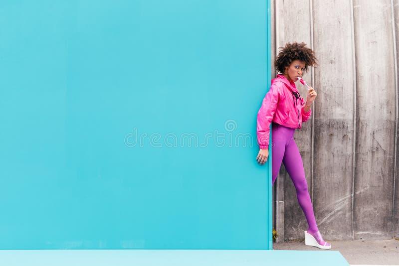 elegancka amerykanin afrykańskiego pochodzenia dziewczyna z popsicle pozuje w 80s stylu odziewa fotografia royalty free