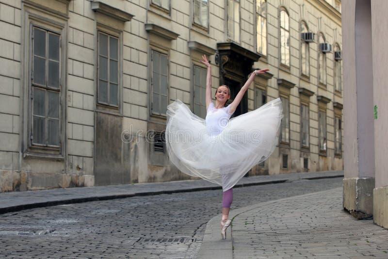 Elegancka balerina na ulicie fotografia royalty free
