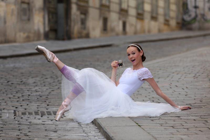 Elegancka balerina pije kawę na ulicie zdjęcie royalty free