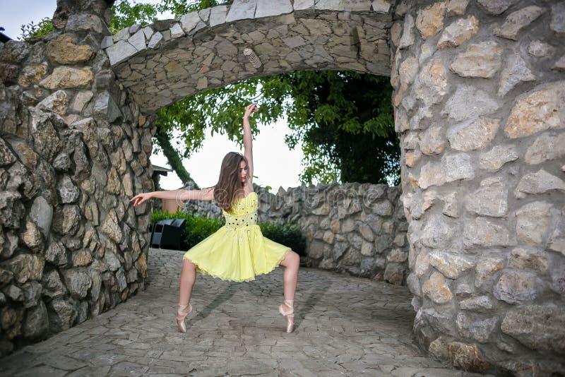 Elegancka baletniczego tancerza kobieta zdjęcia stock